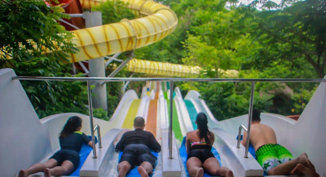 Pengunjung sedang menikmati permainan di Bugis Waterpark Adventure