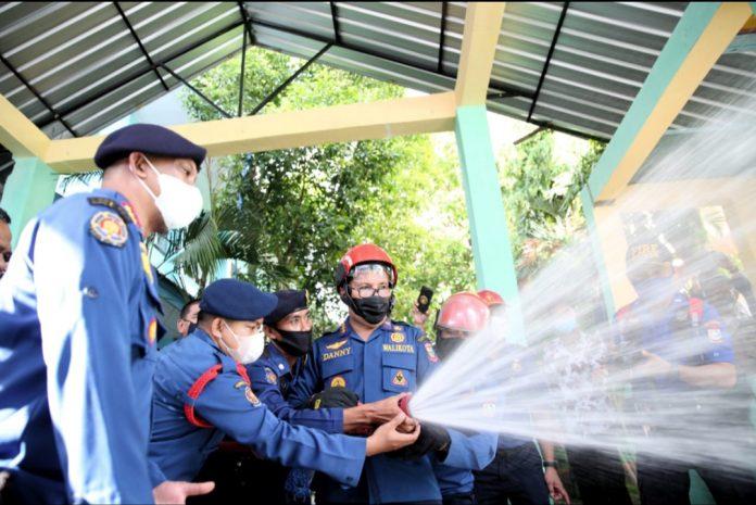 l pelepasan tim penyemprotan disinfektan oleh Dinas Pemadam Kebakaran di Mako Damkar Kota Makassar
